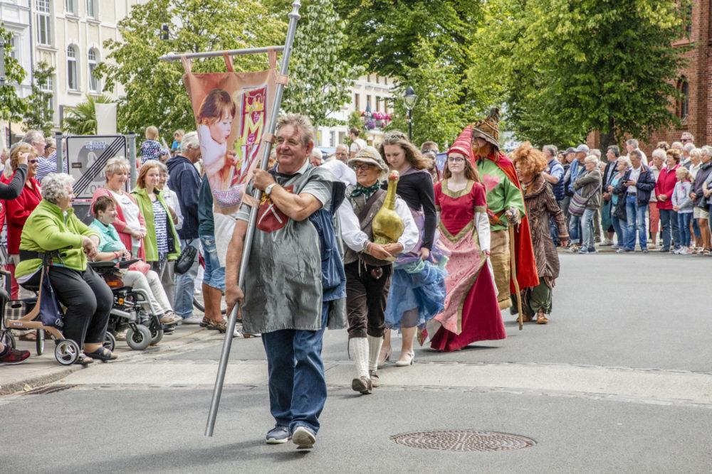 """Der """"Niege Ümgang"""" bildet unter der Anwesenheit tausender Besucher traditionell den Auftakt der Eröffnungsfeierlichkeiten der Warnemünder Woche. Foto: Pepe Hartmann"""